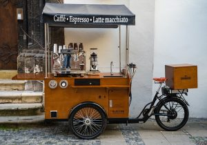 um homem montando um bike food